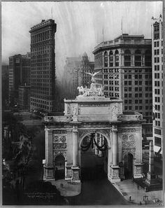 New York City art print. Victory Arch and Flatiron Building, year New York City photography. New York City, New York Architecture, Vintage Architecture, Flatiron Building, Chrysler Building, Old Pictures, Old Photos, Fosse Commune, 1920s