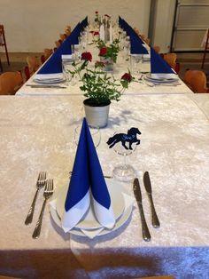 Efter konfirmandens ønske:  Islands-tema!  Røde, hvide og blå farver på dug, servietter, lys og blomster og islandske heste-silhuetter som bordkort.