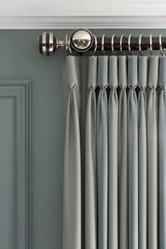 8 Ideas to Make a Room Look Expensive - cortinas para sala - Curtain Living Room Decor Curtains, Home Curtains, Bedroom Windows, Curtains With Blinds, Bedroom Blinds, Drapery Panels, Windows Pic, Master Bedroom, Ceiling Curtains