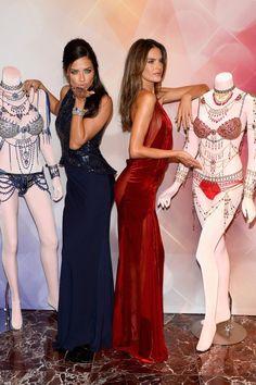 Die Models Adriana Lima (links) und Alessandra Ambrosio dürfen 2014 die beiden juwelenbesetzten Fantasy-Bras tragen, jeweils 2 Millionen Dollar wert.