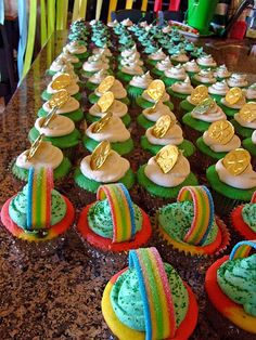 tHe fiCkLe piCkLe: Rainbow Cupcakes.a How to - tHe fiCkLe piCkLe: Rainbow Cupcakes…a How to - Holiday Treats, Holiday Fun, Holiday Recipes, Holiday Foods, Holiday Decor, Leprechaun, Yummy Treats, Sweet Treats, Rainbow Cupcakes