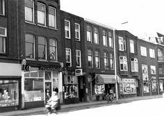 Gezicht op de voorgevels van de winkelwoonhuizen Amsterdamsestraatweg 84-hoger te Utrecht met links het huis nr. 84.1965 Utrecht, Was, Vintage Photography, Multi Story Building, Historia, Vintage Photos