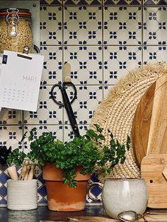 ATELIER RUE VERTE , le blog: Décorer et désencombrer sa cuisine sans percer les murs Crochet Metal, Rue Verte, Kitchens, Blog, House, Home Decor, Without A Trace, Walls, Wallpaper