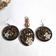 Belle parure boucles d'oreilles et  pendentif originale avec capsules de café nespresso couleur marrons thème romantique