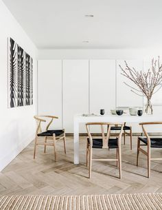 Today, we're suggesting you some of our mid-century dining chairs for your Fall dining room, to give your dinner parties a new glam! Luxury Dining Room, Dining Room Design, Dining Area, Modern Dining Room Chairs, Chairs For Dining Table, Lounge Chairs, Esstisch Design, Wood Arm Chair, Swivel Chair