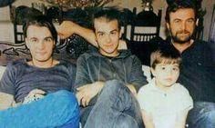 Ο Λακης Κομνηνός σε παλαιότερη φωτογραφίες με τους δυο μεγαλύτερους γιους του Γιώργο και Γιάννη από το γαμο του με τη Ντίνα Τριαντη και το Δημητρη από το δευτερο γαμο του με τη δημοσιογράφο Τζωρτζια Κοντράρου