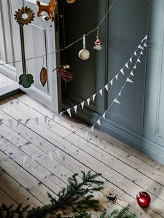 Scandinavian Christmas Style, always serene and often understated, can bring timeless elegance to your home during Christmas time. Scandinavian Christmas Decorations, Handmade Christmas Decorations, Xmas Decorations, Christmas Garlands, Christmas Mood, Noel Christmas, Vintage Christmas, Christmas Treats, Christmas Interiors