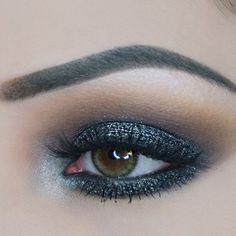 This look starring the dramatic Sparkler, Dark Matter, will draw you in. Astriking, gold-specked, dark charcoal Sparkler brings glam tothis smokey eye. R