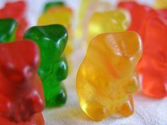 How to Make Gummy Bears in 10 Steps - instructions for sweet and sour gummies Making Gummy Bears, Homemade Gummy Bears, Homemade Candies, Homemade Jello, Fudge, Kreative Snacks, Home Made Candy, Candy Molds, Candy Making