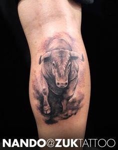Tatuaje estilo realista de un toro.