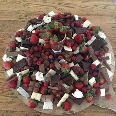 Forget Grazing Tables: Grazing Platters Are Now a Thing! Dessert Platters are Now a Thing! Party Platters, Party Trays, Snacks Für Party, Fruit Platters, Party Food 21st, Meat Cheese Platters, Catering Platters, Fruit Party, Party Drinks