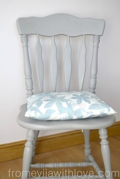 How to Make a Chair Cushion with Ties - From Evija with Love Toddler Table And Chairs, Shabby Chic Table And Chairs, Toddler Chair, Modern Dining Chairs, Table And Chair Sets, Kitchen Chairs, Dining Room Chair Cushions, Wayfair Living Room Chairs, Arm Chairs