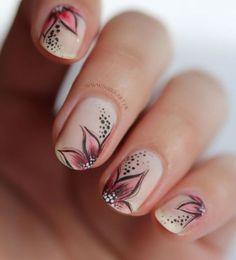 uñas pintadas a mano con flores