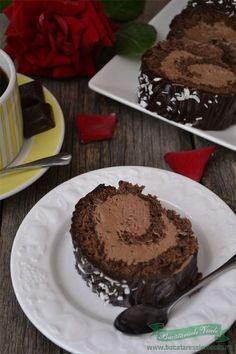 Daca alegeti sa pregatiti o rulada,va recomand cu incredere aceasta rulada cu ciocolata si rom. Atat crema cat si foaia se pregatesc extrem de usor, trebuie doar facute intr-o ordine astfel incat asamblarea ei sa nu dureze decat cateva minute. Foaie 3 oua 3lg zahar 2 lg faina 1 lg cacao esenta de vanilie Crema