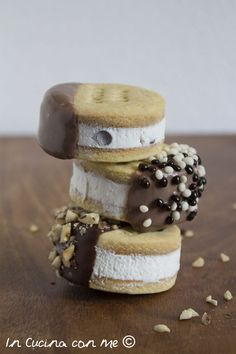 Deliziosi mini biscotti gelato, facili da preparare con panna, cioccolato e nocciole.