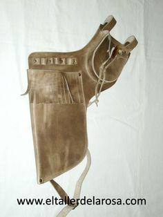 Carcaj tradicional de cinturón realizado de forma artesana en piel de vacuno de muy alta calidad, con bolsillo en la parte superior y con cierre tradicional con una auténtica punta de cuerno.