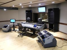 Massive mains Music Studio Room, Sound Studio, Studio Setup, Music Rooms, Studio Design, Studio Ideas, Recording Studio Desk, Studio Furniture, Wire Management