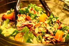 Love a good salad with fruit and candied nuts? This Mandarin Orange Almond Salad has a great lineup of flavors that blend so well together. Potluck Recipes, Healthy Salad Recipes, Healthy Meals, Vegetable Sides, Vegetable Recipes, Mandarin Orange Salad, Mandarin Oranges, Almond Chicken, Italian Salad