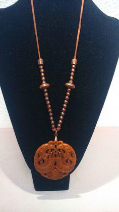 colgante con medallón de piedra marrón