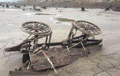 La sécheresse qui frappe l'Ouest américain a provoqué la baisse du niveau des eaux d'un lac de l'Oregon… laissant apparaitre un chariot de l'époque de la ruée vers l'or. Fascinant !