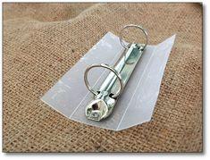 Reliure articulée à anneaux découpée dans un vieux classeur en rhodoïd.