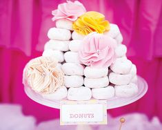 Sirve los donuts de la fiesta apilados en un plato, adornado con flores de tela! / Serve the party donuts piled on a plate, decorate with cloth flowers!