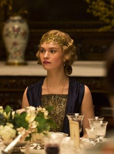 Lady Rose of Downton Abbey. gold lace headband and finger waves. Downton Abbey Series, Lily James Downton Abbey, Downton Abbey Fashion, Downton Abbey Costumes, 1920s Hair, Lady Mary, 20s Fashion, Fashion Glamour, Fashion Dresses