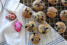 Ikke for søtt, ikke salt, mettende og godt. Kake til frokost? Joda, muffins med grovt mel, bær og tørket frukt kan godt settes på bordet til helgefrokosten. De kan også pakkes med som matpakke eller kanskje puttes i sekken som turmat?    Oppskriften kan varieres og gjøres om. Jeg syntes tørket aprikos og blåbær gir ekstra god sødme, men du kan gjerne bruke annen frukt og bær, så lenge de ikke inneholder altfor mye væske. Honning kan erstattes med sukker, og liker du det søtt, tilsett litt…