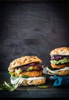 Wortel-sesam en kikkererwt burgers - Fashion and Style Vegetarian Recepies, Veg Recipes, Healthy Recipes, Healthy Food, Chickpea Burger, Vegan Burgers, A Food, Good Food, Food And Drink