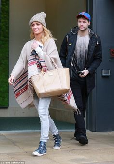 Jay e @AlionaVilani deixando o hotel em Sheffield, na Inglaterra. (28 jan.)