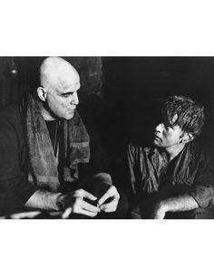 """Episch! """"Apocalypse Now"""" (1979) von Francis Ford Coppola ist wohl mit der beste Film über den Vietnamkrieg und zeigt, was so ein Krieg mit der menschlichen Psyche anstellt. Mit Marlon Brando als geisteskranken Despoten Colonel Kurtz und Martin Sheen als der Soldat, der ihn töten soll.Basierend auf Jospeh Conrads """"Herz der Finsternis"""" (großartiges Buch!) schuf Coppola mit """"Apocalypse Now"""" Bilder, die man so schnell nicht mehr vergisst: Wie ein zynischer US-Leutnant (Robert Duvall) zu Wagners…"""