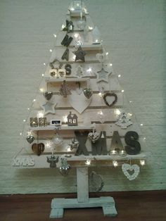 onze eigen gemaakte kerstboom van pallethout, wit gebeits en versierd. Love it!