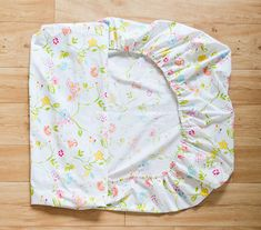 drap de lit - Project Nursery - How to Make a Crib Sheet Baby Crib Diy, Baby Nursery Diy, Baby Crib Bedding, Baby Cribs, Baby Car, Baby Sheets, Crib Sheets, Sewing For Kids, Baby Sewing