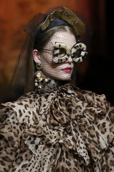 The complete Dolce & Gabbana Fall 2018 Ready-to-Wear fashion show now on Vogue Runway. Fashion 2018, Fashion Week, Fashion Show, Dolce & Gabbana, Moda Animal Print, Animal Prints, Leopard Prints, Animal Print Fashion, Stylish Handbags
