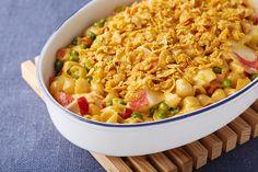 Cette casserole facile à préparer comprend un mélange de pâtes et de sauce au fromage, de la simili-chair de crabe, des poivrons, des petits pois et de la tartinade MIRACLE WHIP, le tout garni de miettes de flocons de maïs.