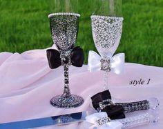 Blanco y negro boda gafas, boda flautas, flautas tostado, copas de Champagne de boda, novia y novio flautas, regalo personalizado