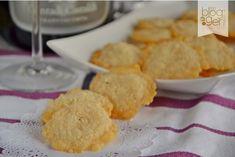 Cari lettori, se cercate un'idea sfiziosa per completare un antipasto tra amici, provate i biscottini al parmigiano! Si fanno in pochissi