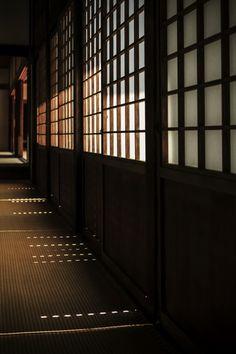 Shoji sliding panels at Wuishin-in temple, Kyoto, Japan Japan Architecture, Minimalist Architecture, Interior Architecture, Interior Design, Traditional Japanese House, Japanese Style, Ukitake Bleach, In Praise Of Shadows, Design Oriental