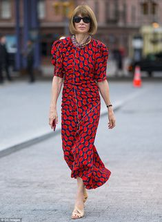 Anna Wintour summer uniform: Red dress and nude sandals Over 50 Womens Fashion, High End Fashion, Fashion Over 50, Anna Wintour Style, Vogue, Anna Wintor, Vestido Strapless, Fashion Editor, Fashion Trends