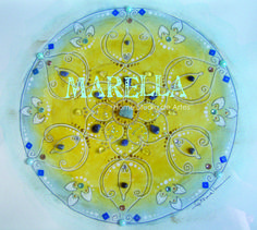 Mandala em aquarela azul claro e amarelo conforme encomenda. Diâmetro médio de 25cm. Moldura padrão branca com vidro.