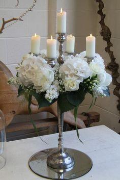 Flores la Plaza en Cangas del Narcea. Candelabro decorado con flores, decoracion mesa banquete de boda. Hortensia blanca.