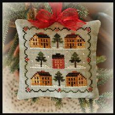 Saltbox Village. Ornamento navideño de Little house needleworks  En www.lacasinaroja.com