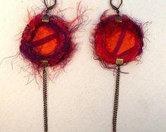 Boucles d'oreille en tissu dormeuses rondes réversibles et peau non tannée tons fuchsia, orange et violet. Made by Lunabellune