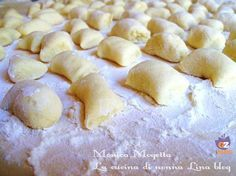 Gnocchi di patate ricetta base,una ricetta che tutti dovrebbero avere a portata di mano,con pochi ingredienti genuini realizzerete un piatto con i fiocchi. Tortellini, Pasta Plus, Pasta Casera, Homemade Ravioli, Italian Recipes, Love Food, Food And Drink, Favorite Recipes, Cooking