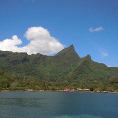 île de Bora Bora vue de loin. Bora Bora, Tahiti, Loin, Tropical, River, Instagram, Outdoor, Sustainable Tourism, Travel Agency