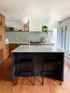 A Lovingly Remodeled Midcentury Modern Kitchen - A Gorgeous Mid Century Modern Kitchen Remodel Modern Kitchen Island, New Kitchen, Kitchen Wood, Kitchen Ideas, Room Kitchen, Modern Retro Kitchen, Plywood Furniture, Furniture Design, Chair Design