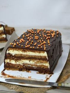 Two chocolate cake with cookies No oven! - Two chocolate cake with cookies No oven! Sweet Recipes, Cake Recipes, Dessert Recipes, Choco Chocolate, Delicious Desserts, Yummy Food, Pastry Cake, Cake Shop, Food Cakes