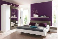 Mehrteiliges Schlafzimmer In Weiß Mit Kontrastierenden Highlights. Die Lila  Wand Ist Ein Traum!