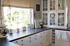 HEGEMOR.COM | white cabinets, black countertop
