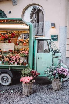 Colleoni One of the most beautiful places in Bergamo to take a photo of is, undoubtedly Spring Aesthetic, Flower Aesthetic, Summer Vibe, Flower Truck, Images Esthétiques, Italian Summer, Northern Italy, Photo Location, How To Take Photos